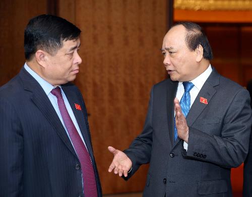 Thủ tướng Nguyễn Xuân Phúc trao đổi với Bộ trưởng Bộ Kế hoạch Đầu tư Nguyễn Chí Dũng. Bộ Kế hoạch Đầu tư là đơn vị chủ trì xây dựng Luật Đặc khu. Ảnh: Hoàng Phong.
