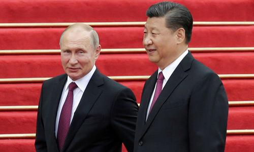 Tổng thống Nga Putin (trái) và Chủ tịch Trung Quốc Tập Cận Bình tại Đại lễ đường Nhân dân ở Bắc Kinh ngày 8/6. Ảnh: Reuters.