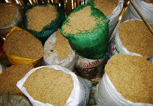 Lúa bỏ vào bao chất đầy trong kho. Ảnh: Đắc Thành