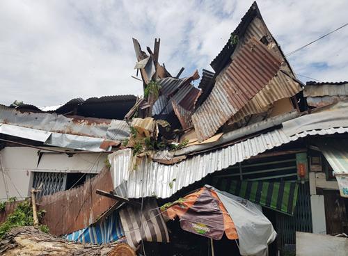 Ba căn nhà mái tôn bị đè sập. Ảnh: Sơn Hòa