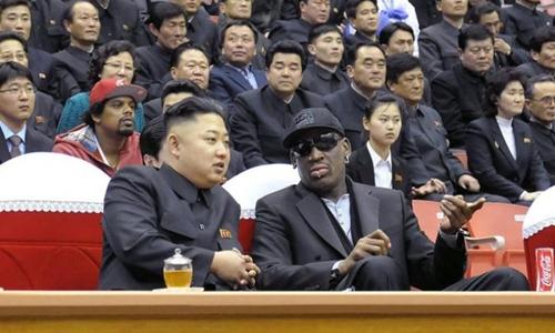 Dennis Rodman (đeo kính râm) ngồi bên lãnh đạo Triều Tiên Kim Jong-un tại Bình Nhưỡng năm 2013. Ảnh: AFP.