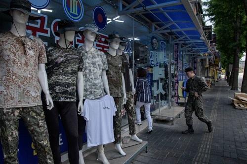 Một cửa hàng quân nhu ở Yangu, gần DMZ phân chia Triều Tiên và Hàn Quốc. Ảnh: AFP.