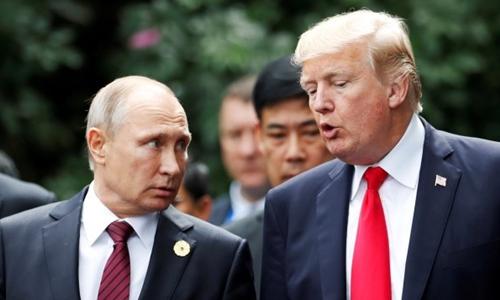 Tổng thống Mỹ Trump (phải) và Tổng thống Nga Putin dự APEC ở Đà Nẵng tháng 11 năm ngoái. Ảnh: Reuters.