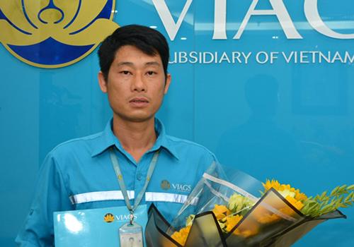 Nhân viên Nguyễn Chí Cường đã nhặt ddwowcjj túi xách của hành khách để quên.