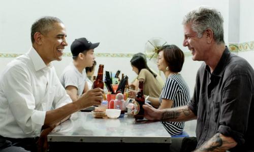Đầu bếpAnthonyBourdain (phải) ăn bún chả với Tổng thống MỹObama năm 2016. Ảnh: CNN.