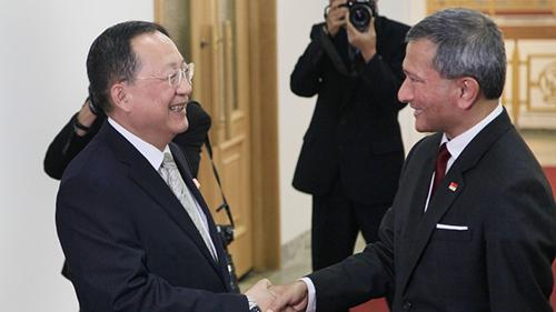 Ngoại trưởng Triều Tiên (trái) đón tiếp Ngoại trưởng Singapore tại Bình Nhưỡng hôm 7/6. Ảnh: AFP.