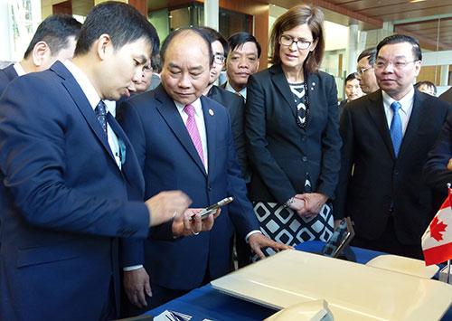 Thủ tướng Nguyễn Xuân Phúc cùng Đoàn đại biểu cấp cao Việt Nam thăm các gian hàng trình diễn công nghệ. Ảnh: HTQT.
