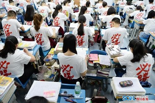 Tối 3/6 và 4/6, học sinh lớp 12 ở Nam Sung, Tứ Xuyên vẫn ôn bài ở trường. Kỳ thi đại học diễn ra từ ngày 7/6. Ảnh: Peoples Daily