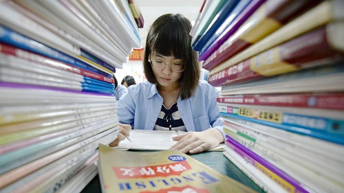 Học sinh Trung Quốc chịu áp lực học tập rất lớn. Ảnh: CNN