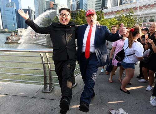 Bản sao Trump - Kim chụp ảnh tại Merlion Park, Singapore hôm 8/6. Ảnh: AFP
