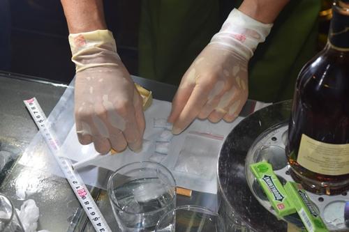 Nhiều gói ma túy tổng hợp được phát hiện. Ảnh: Trần Hồng.