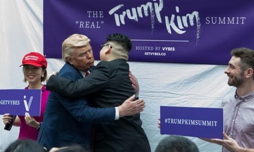 Bản sao của Trump - Kim ôm nhau trong hội nghị giả định tại trung tâm thương mại Bugis Junction ở Singapore. Ảnh: AFP.
