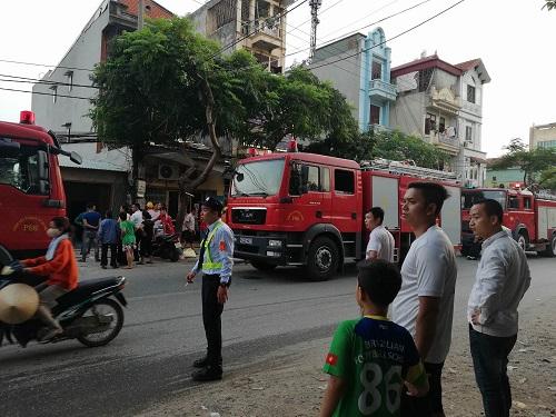 Cảnh sát điều 8 xe chữa cháy đến hiện trường. Ảnh: Gia Chính