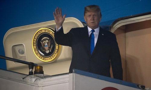 Trump rời khỏi chuyên cơ Air Force One sau khi hạ cánh ở Singapore. Ảnh: AFP.