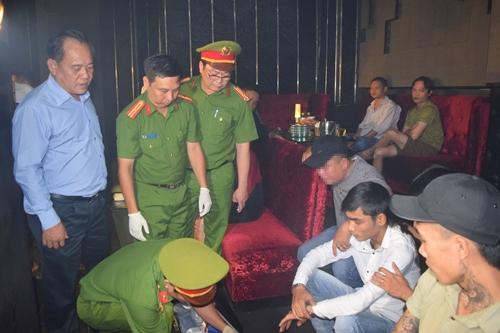 Đại tá Lê Văn Vũ trực tiếp kiểm tra quán bar. Ảnh: Trần Hồng.