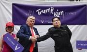 Bản sao Trump - Kim bắt tay và ôm nhau trong hội nghị giả định