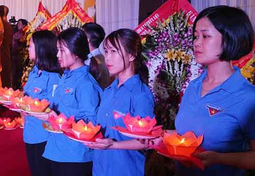 Thanh niên tình nguyên dâng hoa đăng tại Đại lễ. Ảnh: Oanh Nguyễn.