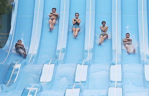 Người Hà Nội đến các bể bơi giải nhiệt. Ảnh: Ngọc Thành