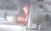 Nhân viên chạy đến gần dập tắt đám cháy lớn tại cây xăng