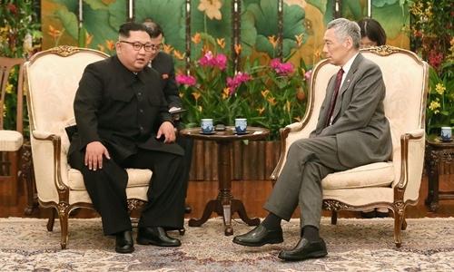 Thủ tướng Singapore Lý Hiển Long và lãnh đạo Triều Tiên Kim Jong-un trò chuyện tại Istana. Ảnh: Straits Times.