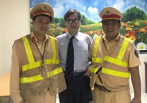 Thầy giáo Naoto Imagawa chụp ảnh cùng hai chiến sĩ đội Cảnh sát giao thông số 11. Ảnh: An ninh thủ đô.