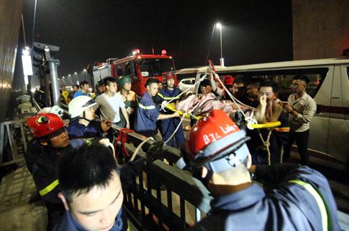 Nam thanh niên được đưa lên xe cứu thương để đi cấp cứu. Ảnh: Nam Nguyễn.