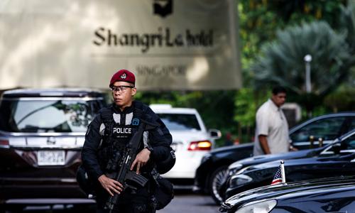 Một cảnh sát đang tuần tra trước khách sạn Shang-ri La trong thời gian diễn ra sự kiện Đối thoại Shang-ri La hồi đầu tháng. Ảnh: AP.
