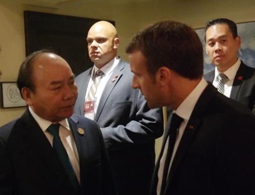 Thủ tướng Nguyễn Xuân Phúc gặp Tổng thống Pháp Emmanuel Macron. Ảnh: TTXVN.