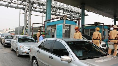 Rất đông lực lượng CSGT, CSTT Công an huyện Vũ Thư (Thái Bình) có mặt tại trạm thu phí Tân Đệ vào ngày 8/6, xong các lái xe vẫn kiên quyết không mua vé, yêu cầu Tasco di dời trạm về đường tránh thị trấn Đông Hưng hoặc dỡ bỏ vì cả cầu Tân Đệ và dự án nâng cấp đường 10, đoạn La Uyên- Tân Đệ đã thu hồi đủ vốn, hết thời hạn thu. Ảnh: Giang Chinh