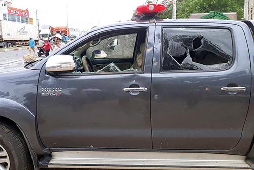 Xe công vụ bị nhóm ngườixuống đường đập phá ở Bình Thuận. Ảnh: Phan Hùng.