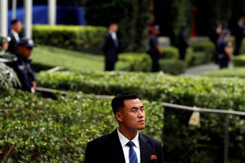 Một nhân viên an ninh Triều Tiên chờ đợi lãnh đạo Kim Jong-un trong khuôn viên khách sạn. Ảnh: Reuters.