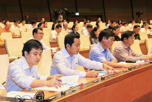 Đại biểu Quốc hội bấm nút biểu quyết lùi thông qua dự án Luật Đặc khu. Ảnh: QH