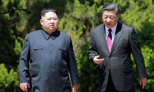 Kim Jong-un (trái) trò chuyện cùng Chủ tịch Tập Cận Bình tại Đại Liên, Trung Quốc hồi tháng trước. Ảnh: AFP.