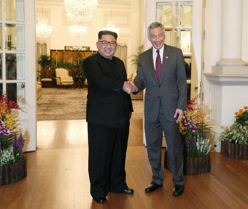 Kim Jong-un bắt tay Thủ tướng Singapore Lý Hiển Long hôm qua. Ảnh: StraitsTimes.
