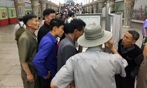 Người dân đọc thông tin về hội nghị thượng đỉnh Mỹ - Triều tại một bến tàu điện ngầm ở Bình Nhưỡng. Ảnh: AP.
