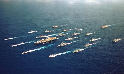 Nhóm tác chiến tàu sân bay Abraham Lincoln tham gia tập trận RIMPAC năm 2000. Ảnh: US Navy.