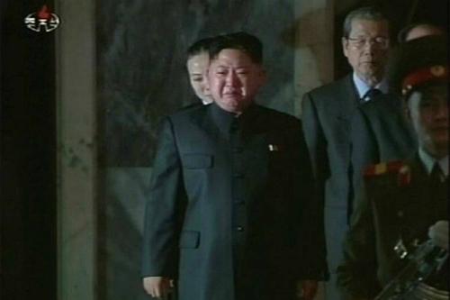 Kim Jong-un khóc tại lễ tang của cha mình Kim Jong-il vào tháng 12/2011. Ảnh: KCNA.