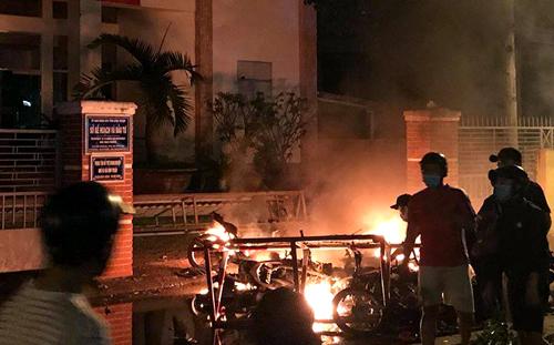 Đám đông đốt khoảng chục xe máy trước cổng Sở Kế hoạch và Đầu tư tỉnh Bình Thuận.