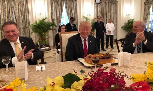 Tổng thống Mỹ Donald Trump cùng chiếc bánh sinh nhật sớm. Ảnh: Twitter.