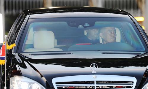 Tài xế riêng của Kim Jong-un lái chiếc limousine chở lãnh đạo rời khỏi văn phòng thủ tướng Singapore hôm 10/6. Ảnh: Yonhap.