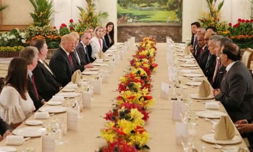 Phái đoàn Mỹ do Tổng thống Donald Trump dẫn đầu ăn trưa cùng các lãnh đạo Singapore do Thủ tướng Lý Hiển Long dẫn đầu tại Istana ngày 11/6. Ảnh: Straits Times.