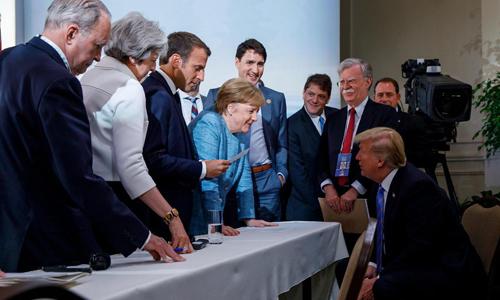Khoảnh khắc thoải mái giữa các lãnh đạo G7 tại hội nghị cuối tuần qua. Ảnh: Reuters.