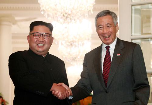 Lãnh đạo Triều Tiên Kim Jong-un bắt tay Thủ tướng Singapore Lý Hiển Long tại văn phòng thủ tướng Istana hôm 10/6. Ảnh: Reuters.