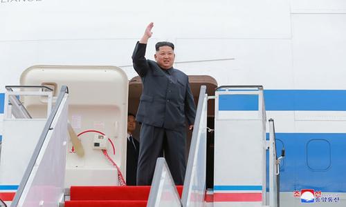 Kim Jong-un lên máy bay rời Bình Nhưỡng tới Singapore hôm 10/6. Ảnh: Reuters.