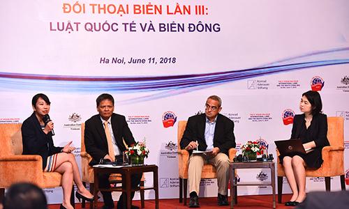 Tiến sĩ Yan Yan, ngoài cùng bên phải, cùng các học giả tại Đối thoại biển lần ba tại Hà Nội sáng 11/6. Ảnh: Giang Huy.