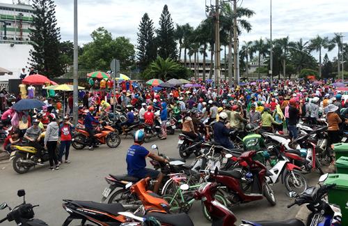 Rất đông công nhân tập trung trước công ty Puchoen. Ảnh: Sơn Hòa