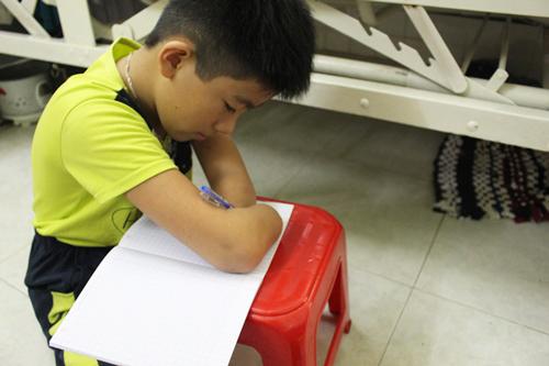 EmNguyễn Gia Lâm ở Tây Ninh bị khuyệt tật tay chân, viết chữ bằng mỏm cụt. Ảnh: Cao Khẩm.