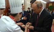Tổng thống Putin trổ tài nặn sủi cảo, làm bánh kếp