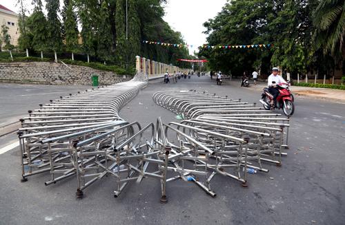 Hàng rào Hội trường UBND tỉnh bị xô ngã ra đường, nằm ngổn ngang, hư hỏng nặng. ẢnhL Phước Tuấn.