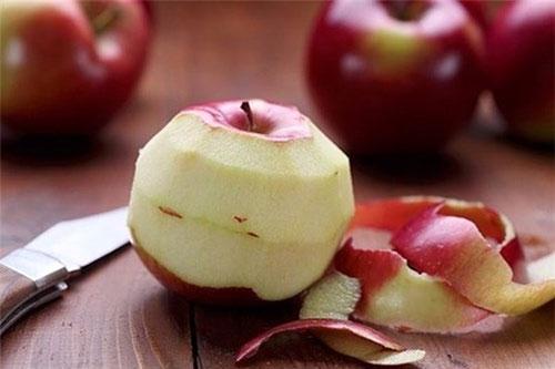 Nếu dùng dao cán gỗ bổ, thì những quả như táo, ổi thường có màu đen.
